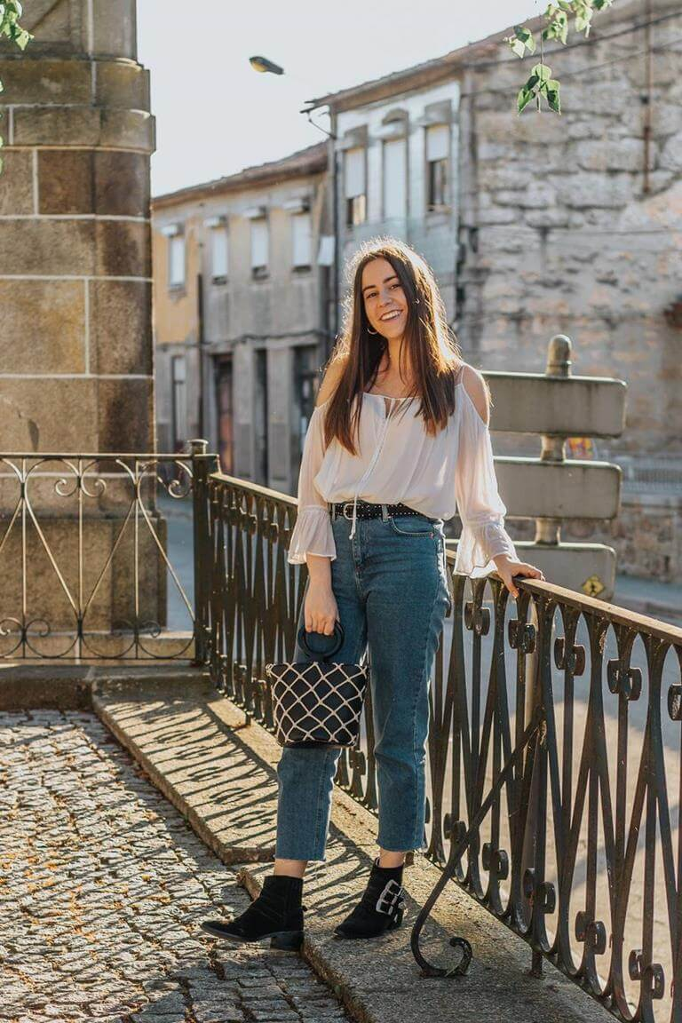 look blusa off shoulder e mom jeans